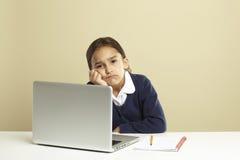 Jong meisje dat laptop met behulp van royalty-vrije stock afbeeldingen