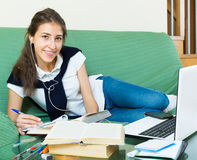 Jong Meisje dat Laptop thuis met behulp van Stock Foto's