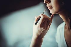 Jong meisje dat make-up doet Stock Foto