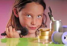 Jong meisje dat make-up toepast stock foto