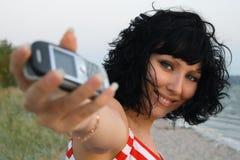 Jong meisje dat mobil standhoudt stock fotografie