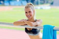Jong meisje dat na het doen van sport rust royalty-vrije stock afbeelding