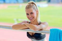 Jong meisje dat na het doen van sport rust stock fotografie
