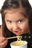 Jong meisje dat noedelsoep eet Royalty-vrije Stock Afbeelding