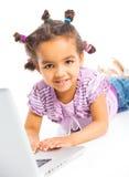 Jong meisje dat notitieboekjecomputer met behulp van Stock Foto