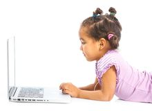 Jong meisje dat notitieboekjecomputer met behulp van Royalty-vrije Stock Foto's