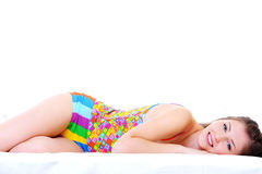 Jong meisje dat op bed ligt Stock Afbeelding