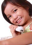 Jong meisje dat op de telefoon spreekt royalty-vrije stock foto's