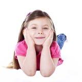 Jong meisje dat op handen leunt Stock Foto