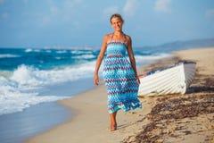 Jong meisje dat op het strand loopt Stock Foto