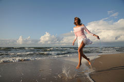 Jong meisje dat op het strand overslaat Royalty-vrije Stock Foto's