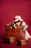 Jong meisje dat op houten schatboomstam ligt Royalty-vrije Stock Foto