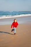 Jong meisje dat op strand loopt Royalty-vrije Stock Afbeelding