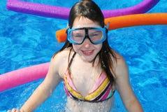 Jong meisje dat pret in pool heeft royalty-vrije stock afbeeldingen