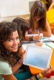 Jong meisje dat tablet met vrije exemplaarruimte toont. Stock Afbeeldingen