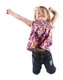 Jong meisje dat voor vreugde springt stock fotografie
