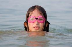 Jong meisje dat in water zwemt stock afbeeldingen