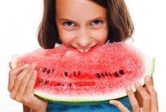 Jong meisje dat watermeloen eet royalty-vrije stock foto's