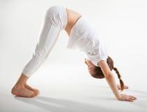 Jong meisje dat yoga doet Stock Foto