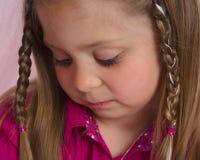 Jong meisje dat zorgvuldig iets bekijkt Royalty-vrije Stock Afbeeldingen