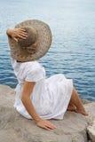 Jong meisje in de bonnet stock afbeeldingen