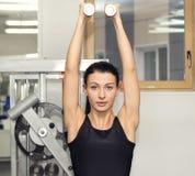 Jong meisje in de gymnastiek voor sporten Stock Afbeeldingen