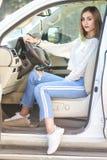 Jong meisje in de luxeauto stock fotografie