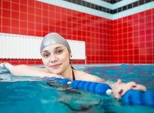 Jong meisje in de pool Royalty-vrije Stock Afbeeldingen