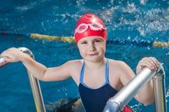 Jong meisje in de pool Stock Foto's