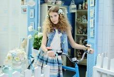 Jong meisje in de stijl van de Provence Royalty-vrije Stock Fotografie