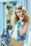 Jong meisje in de stijl van de Provence Royalty-vrije Stock Afbeeldingen