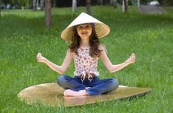 Jong meisje in de Vietnamese hoed Royalty-vrije Stock Afbeeldingen
