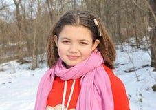 jong meisje in de winterbos Stock Foto