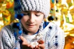 Jong meisje in de winterhoed Royalty-vrije Stock Foto's