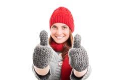 Jong meisje in de winterkleren geven duimen omhoog royalty-vrije stock fotografie
