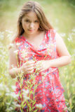 Jong meisje in de zomerkleding Stock Afbeeldingen