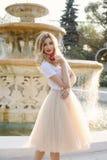 Jong meisje dichtbij de fontein Royalty-vrije Stock Foto's