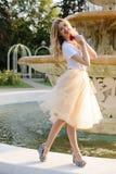 Jong meisje dichtbij de fontein Stock Foto