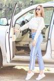 Jong meisje dichtbij de luxeauto royalty-vrije stock foto's