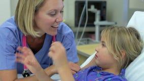 Jong Meisje die aan de Vrouwelijke Eenheid van Verpleegstersin intensive care spreken stock footage