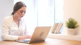 Jong Meisje die aan Laptop, Ontwerper werken stock footage