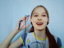 Jong meisje die aan muziek door de telefoon luisteren royalty-vrije stock afbeeldingen