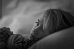 Jong meisje die in bed liggen Stock Afbeelding