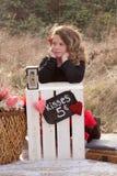 Jong meisje die bij het kussen van tribune wachten Stock Fotografie