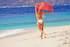 Jong meisje die bij het strand dansen Stock Foto's