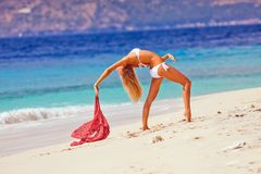 Jong meisje die bij het strand dansen Royalty-vrije Stock Foto's