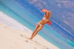 Jong meisje die bij het strand dansen Stock Afbeeldingen