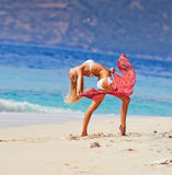 Jong meisje die bij het strand dansen Royalty-vrije Stock Foto
