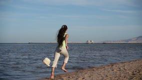 Jong meisje die bij het strand in de toevlucht van Egypte, langzame motio weglopen stock videobeelden