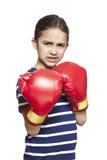 Jong meisje die boze bokshandschoenen dragen royalty-vrije stock afbeeldingen
